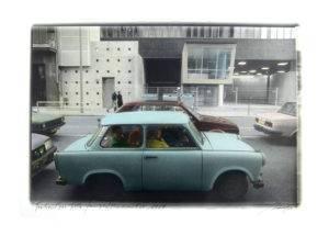 Massimo Golfieri - Berlin, Brandenburger Tor 1989 - Una Trabant per tutta la famiglia