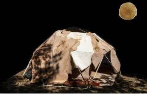 Opera di Daniele Cabri: igloo di 70 pelli animali dipinte